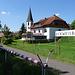am ehem. Bahnhof von Eckweisbach mit symbolischer Bahnschranke