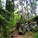 Die Mauer verläuft um den gesamten oberen Teil des Bergs und schließt geschickt natürliche Felsbarrieren ein.