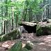 An der nächsten Ecke befindet sich die Grotte des Druides, eine natürliche Grotte unterhalb der Heidenmauer - die leider, aber wenig überraschend nichts mit Druiden zu tun hat. Wie viele der Felsen am Odilienberg ist auch hier einer den Hang hinunter und über zwei, drei andere gerutscht, wo er schließlich zum Stillstand kam.