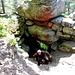 """An der nächsten Ecke der Mauer befindet sich eine """"Felsentor"""" (""""Porte des Roches"""") genannte Stelle. Unter einem großen Brocken ist ein Teil des Bodens den steilen Hang hinunter abgebrochen. Nach einem planvoll angelegten Tor sieht das nicht aus, aber man liest das immer mal wieder."""