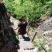 Danach geht's über steile Serpentinen, Treppen und leichte Kraxelstellen hinunter.