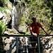 An einem kleinen Wasserfall machen wir kurz Halt für eine Foto-Op.