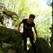 Um leichter voranzukommen, bricht die Waldelfe die massiven Granitblöcke auseinander.