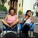 Alcune delle bellezze del gruppo han piazzato la sedia in mezzo alla strada statale, all'uscita di una curva....