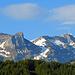 auf der Hinfahrt nach Jakobsbad habe ich etwas oberhalb von Appenzell den Säntis im besten Morgenlicht fotografiert, - kurz nach 7.00 Uhr.