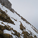 Dieses Schneefeld war im Aufstieg etwas heikel, da ziemlich aufgeweicht. Deshalb habe ich im Abstieg eine andere Linie genommen. Prinzipiell war der Mix aus Altschnee mit Neuschneeauflage ziemlich unangenehm.