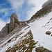 Ästhetische Felsformation am Matthorn. Während ich beim Aufstieg weiter hinten weglos über die Flanke aufgestiegen bin, probiere ich dieses Mal den Weg aus.