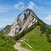 Kurz vor Erreichen der Alp Egg zeigt sich majestätisch die Rigi Hochflue. Das Weglein zum Ostgrat hinauf ist hinter dem Alpgebäude gut zu erkennen.