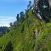 Hier geht es dem Fixseil entlang, direkt unter dem Felsen hindurch.
