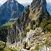 Aufstieg in der Rinne zum Gipfel vor einem tollen Hintergrund