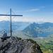 Gipfelkreuz und Bänkli auf dem Kleinen Mythen