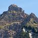 Auschnittvergrösserung Rot Grätli. Etwas unterhalb vom Kamin ist in Originalgrösse ein Berggänger zu erkennen.
