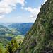 Schöner Einblick in die steilen Grasflanken am Grossen Mythen. Links das Alptal.