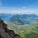 Aussicht vom Rot Grätli in die Zentralschweiz. Das Rot Grätli bietet schöne Ausblicke in drei Richtungen. Eigentlich nicht spektakulärer als auf dem Gipfel selbst, jedoch erlebt man sie in der einsamen wilden Route intensiver als vom Gipfelbänkli aus.