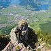 Nochmals ein Blick hinunter zur Felsformation von vorhin. Der Kamin befindet sich in Abstiegsrichtung rechts davon. Im Hintergrund Schwyz.