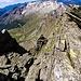 Panoramica sempre sull'Alpe Quarnei, anch'essa sempre più giù, notare il precipizio che sta a destra della cresta che stiamo salendo
