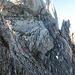 In der ersten Scharte am Fuss vom Ruchennordgrat steigen wir rechts durch eine Geröllrinne ab, um dann gleich wieder hochzusteigen (s. Punkte). Der oberste Punkt markiert den Einstieg in die Kletterroute am nordgrat.
