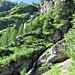 Dal punto quotato 1401 metri si gode di questa bella vista sulle cascate che scendono dall'Alpe di Mügaia.