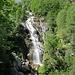 Una breve deviazione dal sentiero permette di apprezzare questa vista della cascata del torrente Redorta.