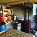 Kleiner Ofen und Gasherd, außerhalb des Bildes noch ein Schrank mit Besteck, Geschirr und einigen Basics zum Kochen