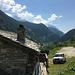 In Mottaletta verlässt man die asphaltierte Strasse (Rückblick Richtung Isola)