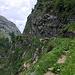 Gleicher Standpunkt wie das vorherige Foto, nur mit Blick nach Vorne - jetzt kommt der Weg in der Felswand voraus