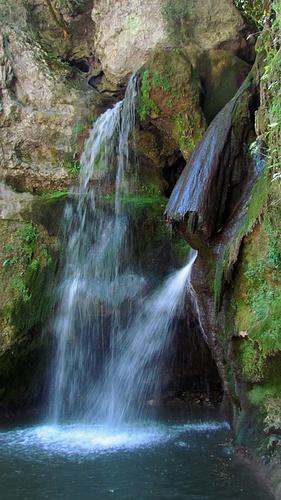 Ein Bild, das Natur, Wasser, Baum, Wasserfall enthält.  Automatisch generierte Beschreibung