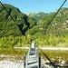 Auf der Hängebrücke über die Maggia - das Val Busai geradeaus.
