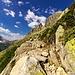 Il tortuoso sentiero tra le rocce che ci riscalda le gambe per la lunga ascesa