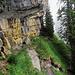 Der Abenteuerliche Weg unter dem überhängenden Rottosse hindurch.
