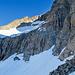 Auf der anderen Seite der Lücke befinden sich die drei auf der Karte eingezeichneten terrassenartigen Firnfelder. Ganz unten im Bild ist das unterste Firnfeld, das von der Lücke aus über einen kurzen Abstieg durch eine schuttige Rinne erreicht wird. Oberhalb der Felsstufe befindet sich das mittlere Firnfeld. Das oberste Firnfeld liegt direkt am Westgrat vom Krönten. Es befindet sich oberhalb der Felsstufe am Horizont und ist im Bild nicht zu sehen.