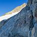 Blick zum zweiten Firnfeld. Wir folgen dem markanten Riss direkt an der Felswand im rechten Bildviertel.