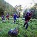 Si risale il ripido sentiero in mezzo alla magnifica vegetazione (Igor, Monica, David, Andrew e Fredy)