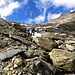 Piccolo passaggio di rocce prima del canalone che ci porterà fino al laghetto Cassimoi