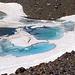 die kleinen Gletscherseen haben immer eine eigenartige Färbung.