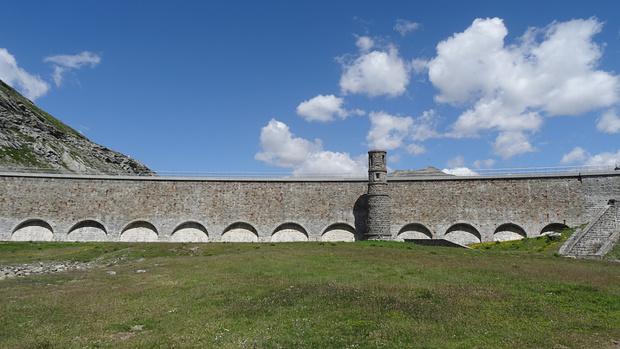 """die südliche Staumauer des Lago Bianco, eine schöne nicht so """"kalte"""" Mauer"""
