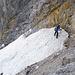 Querung im Schnee über dem Felsspalt