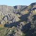 Zwischen Piornos und Covão d'Ametade - Ausblick an einem Aussichtspunkt auf das Gelände, durch welches der erste Teil unserer heutigen Tou führt: Vom Covão d'Ametade geht's zur Schwelle am (leicht verdeckten) Covão Cimeiro. Die massiven Felsen nah der Bildmitte werden dabei nördlich (rechts) umgangen. Anschließend steigen wir zum Cântaro Gordo. Nach einem Abstecher zum Gipfel geht's durch dessen hier einsehbare Südflanke weiter. Schließlich erreichen wir das Hochplateau (Horizont), über welches wir südwärts (nach links) zum Torre (nicht sichtbar) folgen.