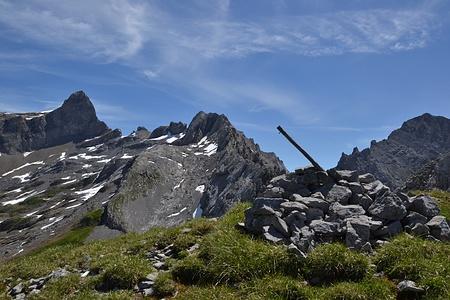 Beim Gipfelsteinmann mit dem Gipfelbuch. Hier sieht der Grat noch easy aus.