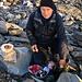 Саша (Saša) bereitet unser deftiges Frühstück vor.
