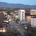 Das ist die südossetische Hauptstadt Цхинвал (Ckhinval; 860m) welche wir eigentlich hätten besuchen wollen. Leider klappte es mit der Einreise nach Südossetien nicht, aber immerhin erreichten wir das ersten Dorf nach der russischen Grente - also waren wir dennoch im geheimnisvollen Südossetien!<br /><br />Foto von Sputniknews.