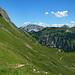 Über blühende Bergmatten geht's hinunter nach Gapfahl
