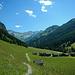 Ein Fußweg führt oberhalb von Kleinsteg zum Malbunbach