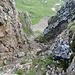 Blick von oben in den Kamin, auf der linken Seite erkennt man eine Kette.
