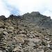 hier geht es nach links zum Grat hinauf und nachher dem Grat entlang zum Gipfel