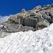 eine sehr heikle Stelle, die jedoch auf diesem Foto harmlos aussieht, der Übergang vom Felsen zum Schnee war nur ein Fuss breit und rutschig und das Schneefeld sehr abschüssig, ich bin auf allen vieren über dieses Schneefeld gekraxelt.