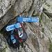 Auch wir deponieren einen Rucksack bei der Lücke. Auf diesem Bild nicht sichtbar: die Zeitangabe für den Gipfel, 45 Minuten. Das passt.