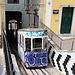 Lissabon - Ein Wagen der Standseilbahn Elevador da Bica (aka Ascensor da Bica) fährt gerade in die Talstation an der Rua de São Paulo ein. Eigentlich besitzt das Fahrzeug übrigens die traditionelle gelb-weiße Lackierung.