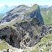 wild zerklüftet präsentiert sich die südliche Flanke der Schafnase - dahinter die Rossflue-Gipfel