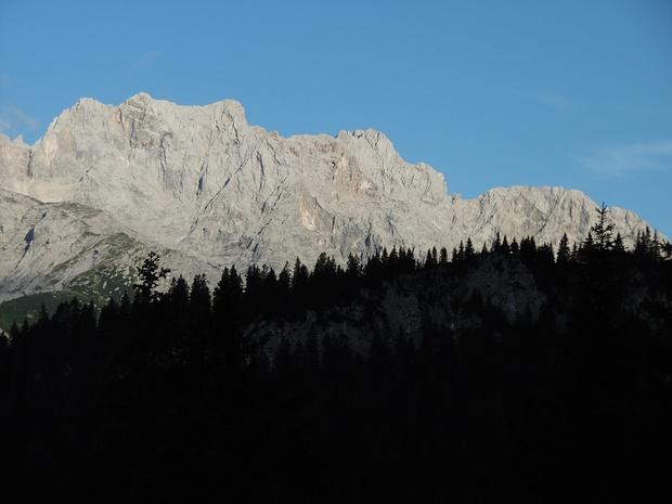 Die von mir im Herbst 2008 bestiegenen 4 Gipfel der Dreitorspitzen im Abendlicht.  Von der Leutascher Dreitorspitze kommt man hinüber zur Schüsselkarspitze (II), eine noch vor mir liegende Tour.